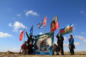 Bangsa Adat bendera Papua Barat, Australia, Selat Torres, Kanaky dan Maluku terbang di Danau Eyre