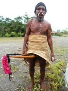 Pdt, Sama yang selalu tampil dengan busana Koteka. Baik Mimbar, dan dalam acara keagamaan lannya di Yahukinmo