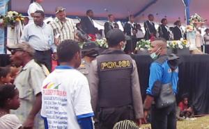 LMR-RI di back up polisi Indonesia, saat melakukan penjagaan pada acara pengucapan gubernur di lapangan Holandia