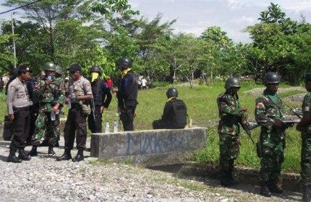 TNI/Polri Siaga di Jalan Masuk Pasar baru Dekai