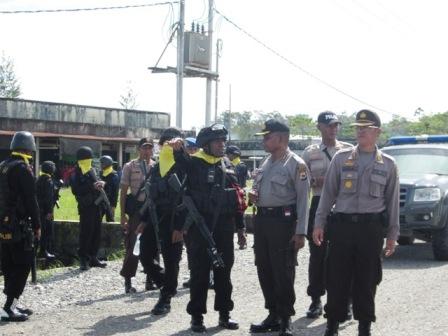 TNI/Polri yang di Back Up Brimob jaga-jaga di Pertigaan Ruko Yahukimo
