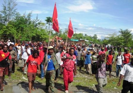 Rakyat Papua Barat Di Yahukimo Meramaikan Kota Dekai Untuk Boikot Pilres NKRI 2014.