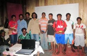 Peransina (SINA) T. S. Ruhuniap (1 dari kiri) fhoto bersama usai pelatihan kursus komputer dan internet. Doc. ES@2013Peransina (SINA) T. S. Ruhuniap (1 dari kiri) fhoto bersama usai pelatihan kursus komputer dan internet. Doc. ES@2013
