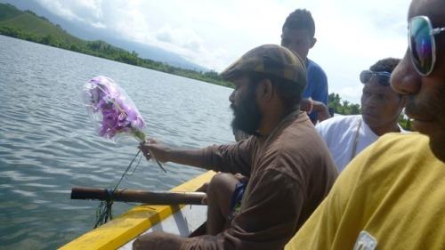 Mengenang Dua Tahun Pernikahan ES, Buang Bunga di TKP SINA TEPMUL di Danau Sentani