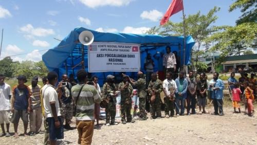 Rakyat Yalle-Nang di depan panggung panitia penggalangan dana, 14 Maret 2015