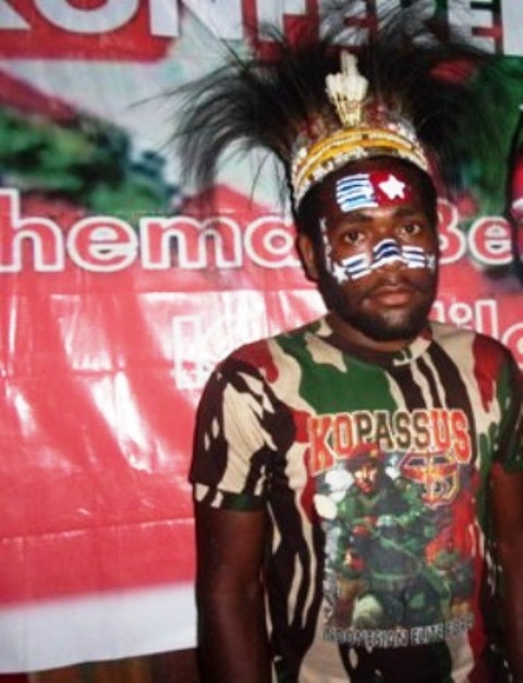 selebrasi Deni Bahabol, pada demo KNPB tanggal 4 Maret 2015 di Yahukimo, dua hari sebelum di bunuh secara misteri