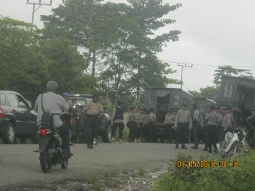 gabungan militer nkri yg blokade jl gunung 1 mei 2015