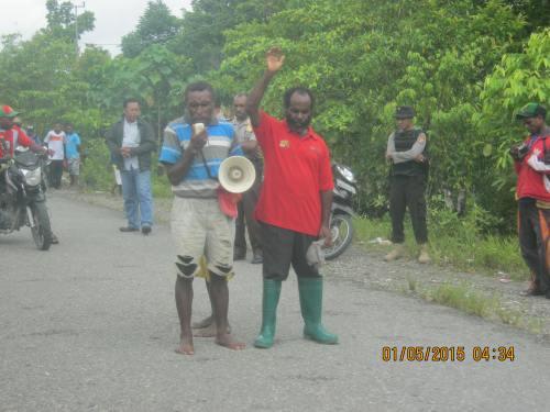 salah seorang hamba Tuhan berdoa akhiri demonstrasi setelah pembubaran