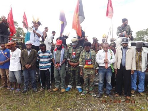 ketua I KNPB Pusat (tengah) dan sejumlah pejabat papua merdeka di Yahukimo, 13/7/2016